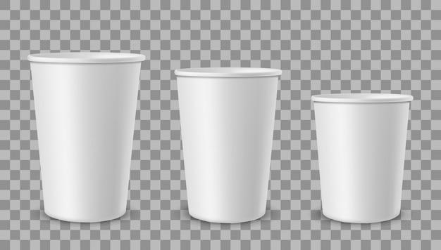 Weiße pappbecher. tasse für getränke, limonadensaft kaffee tee eisbehälter in verschiedenen größen.