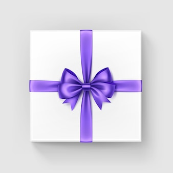 Weiße quadratische geschenkbox mit glänzendem burgunder-hellviolettem lila satinbogen und -band draufsicht nahaufnahme lokalisiert auf weißem hintergrund