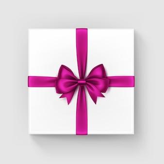 Weiße quadratische geschenkbox mit glänzendem magenta-band