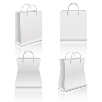 Weiße realistische einkaufstaschen des leeren papiers eingestellt
