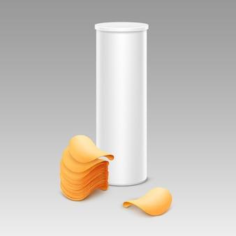 Weiße röhre für verpackungsdesign mit kartoffelchips