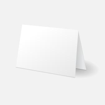 Weiße stehende grußkarten-mockup-vorlage auf weißem hintergrund mit schatten isoliert