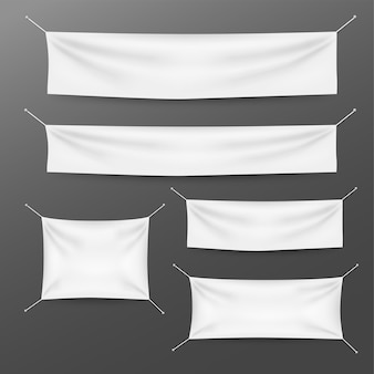 Weiße textilfahnen mit faltenschablonensatz