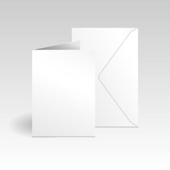 Weiße vertikale grußkarte und umschlagmodellvorlage auf grauem hintergrund mit hellem farbverlauf