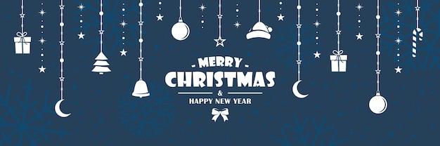 Weiße weihnachtsfiguren hängen an einem seil