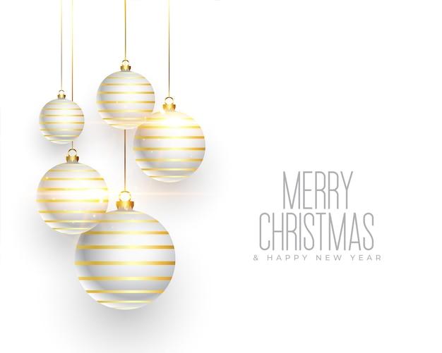 Weiße weihnachtskarte mit realistischer kugeldekoration