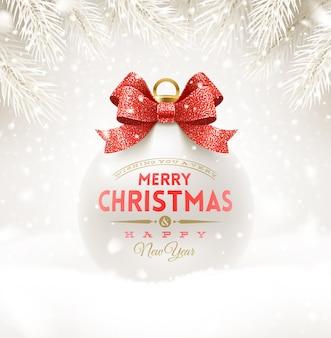 Weiße weihnachtskugel mit glitzerndem rotem schleifenband und schriftdesign