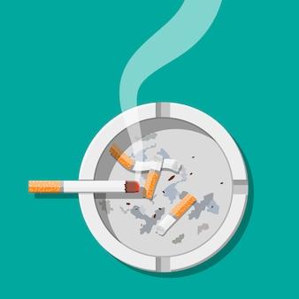 Weißer keramikaschenbecher voller rauchender zigaretten.