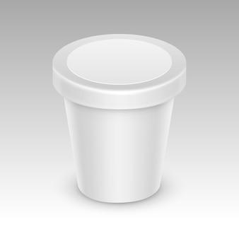 Weißer leerer nahrungsmittelkunststoff-wannen-eimer-behälter für das verpackungs-design mock up close up isoliert auf weißem hintergrund