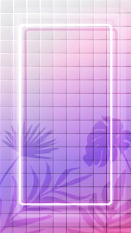 Weißer vertikaler neonrahmen, der auf fliesenhintergrund mit tropischer blätterschattenüberlagerung glüht. rosa holografischer surrealer hintergrund. 9:16 social-media-stories-format.