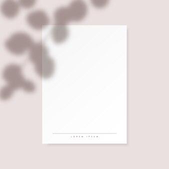 Weißer vertikaler papierfreier raum mit eukalyptus verlässt schatten auf pastellrosahintergrund.
