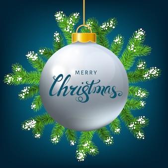 Weißer weihnachtsball mit fichtenzweigschnee und beschriftung auf blauem hintergrund