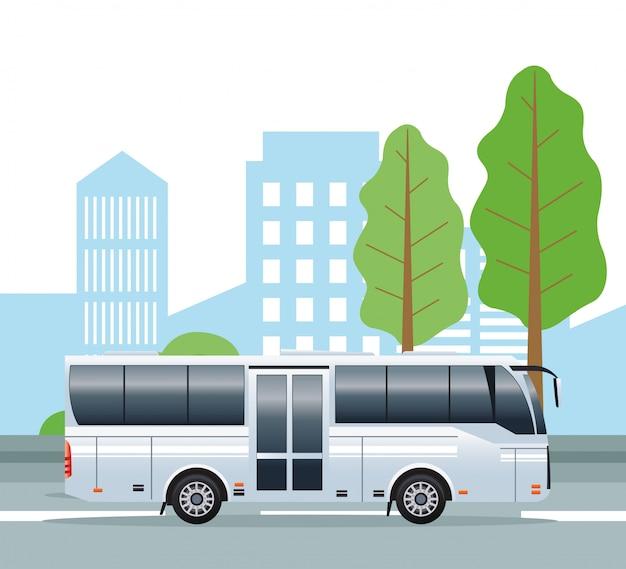Weißes busfahrzeug der öffentlichen verkehrsmittel auf der stadt