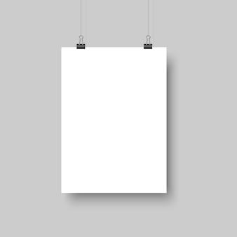 Weißes leeres plakat, das mit schatten hängt