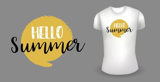 Weißes männliches realistisches t-shirt mit etikett hallo sommer-abzeichenvektor