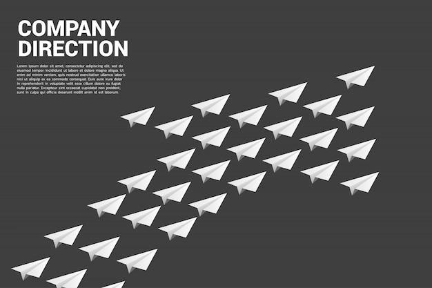 Weißes origami-papierflugzeug ist in form eines großen pfeils angeordnet