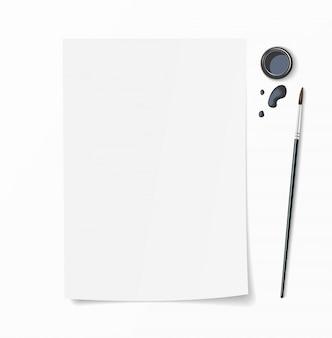 Weißes papierdokument mit pinsel, tintenfass und tintentropfen auf dem schreibtisch. draufsichtmodell für handgezeichnetes design.