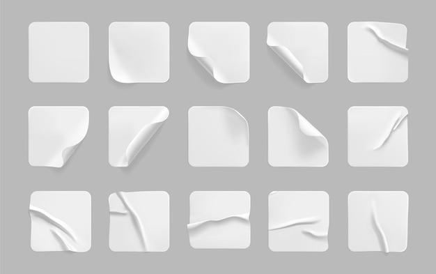 Weißes quadrat geklebte aufkleber mit gekräuselten ecken gesetzt.