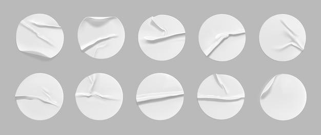 Weißes rundes zerknittertes aufkleberset. selbstklebendes weißes papier- oder plastikaufkleberetikett mit geklebtem, faltigem effekt