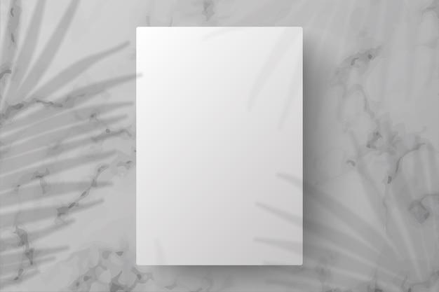 Weißes schaufensterpodest mit schattenblättern
