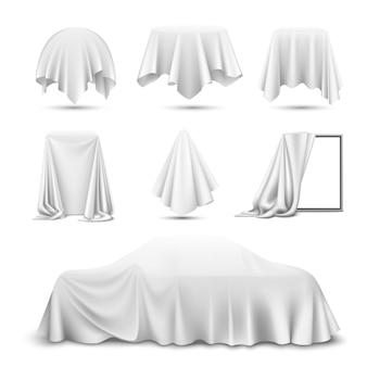 Weißes seidentuch bedeckte objekte realistisches set mit drapiertem spiegelauto hängenden servietten-tischdeckenvorhang