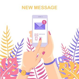Weißes smartphone mit nachrichtenbenachrichtigung auf dem bildschirm. handy-benachrichtigung über neue e-mail.