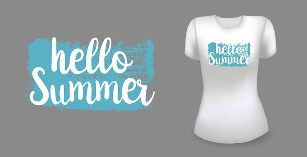 Weißes weibliches realistisches t-shirt mit etikett hallo sommer-abzeichenvektor