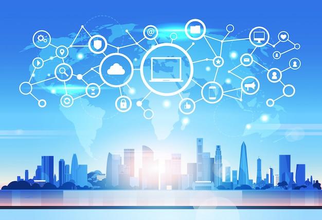 Weltkarte laptop symbol datenbank cloud sicherheitsnetzwerk futuristische schnittstelle datenschutz verbindungskonzept skyline sonnenuntergang stadtbild