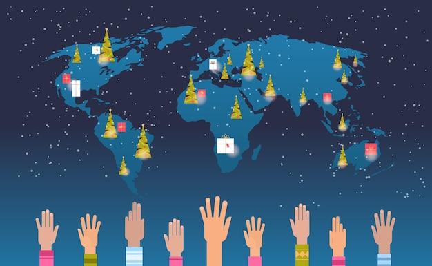 Weltkarte mit geschenk geschenkboxen angehoben mix race hände frohe weihnachten frohes neues jahr urlaub feier konzept flache horizontale vektor-illustration