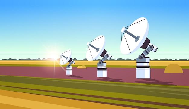 Weltraumforschung, raumfahrttechnologie, satellitenschüsselantenne für die horizontale landschaft der telekommunikation