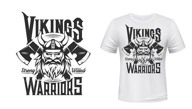 Wikinger-krieger-t-shirt-druck, skandinavischer nordischer mittelalterlicher ritter. mann mit bart und gehörntem helm mit gekreuzten äxten auf weißem appaprel-modell. nordisches wikinger-kriegerzeichen, weinlesesymbol von odin
