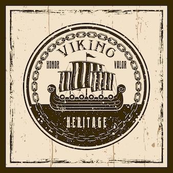 Wikingerschiff oder drakkar-boot vektor braunes emblem, etikett, abzeichen oder t-shirt-druck auf hintergrund mit grunge-texturen