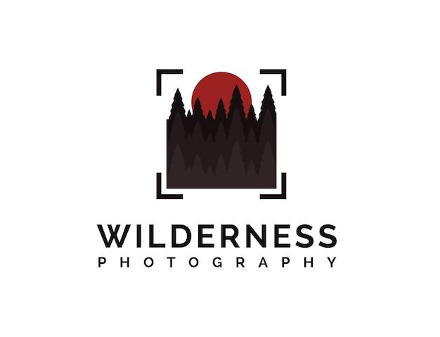 Wildnisfotografie-logo mit kiefernwald, sonne und abstraktem quadratischem ziel der kamera