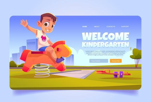 Willkommen auf der kindergarten-cartoon-landingpage kleines kind, das holzpferd auf dem spielplatz schaukelt