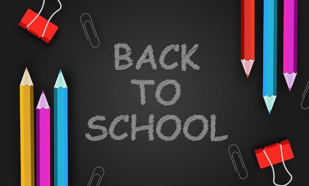 Willkommen zurück in der schule titel auf einer kreidetafel mit realistischen 3d-elementen wie bleistift und papier geschrieben