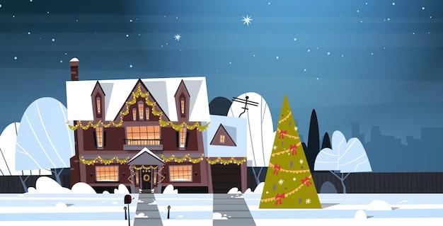 Winter-vorortstadtansicht-schnee auf häusern mit verzierter kiefer, frohen weihnachten und guten rutsch ins neue jahr-konzept