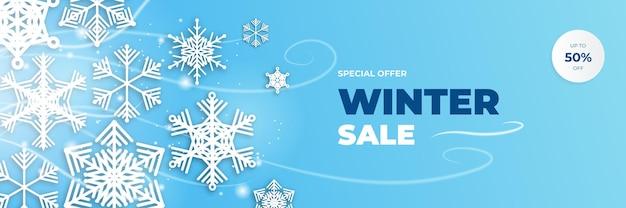 Winter-weihnachtsverkauf blaue fahne mit schneeflocke-palme und wolken auf blauem hintergrund. vektor-illustration