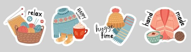 Winteraufkleber. heißes getränk, strickjacke mit strickelementen und warme accessoires. saisonales hobby, hygge-banner-vektor-set. illustration winter heiße schokolade, kaffee und warm gestrickt