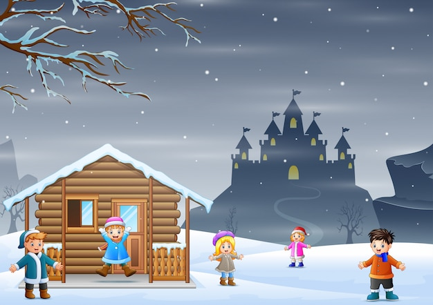 Winterferien mit den kindern, die schnee spielen