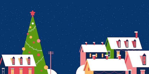 Winterhäuser mit schnee auf dächern verschneite dorfstraße mit verziertem tannenbaum frohe weihnachtsgrußkarte flache horizontale nahaufnahmevektorillustration
