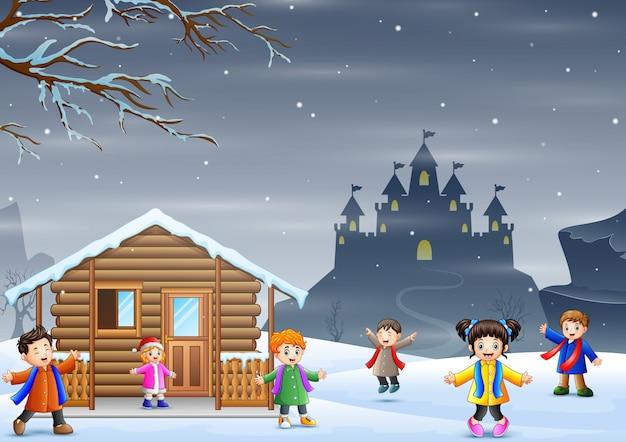 Winterurlaub mit vielen kindern, die schneefall genießen