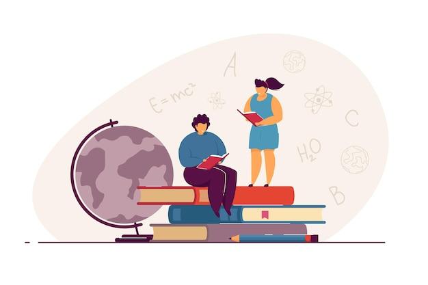 Winzige kinder, die flache vektorillustration der bücher lesen. jungen und mädchen, die schulbücher lesen. selbstbildung, schule, wissenskonzept für banner, website-design oder landing-webseite