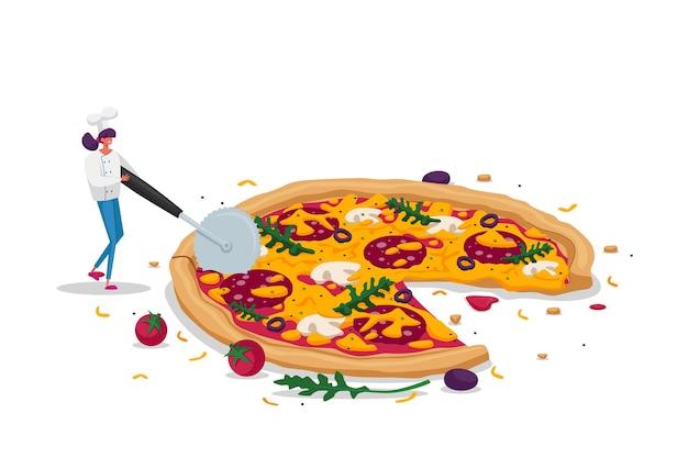 Winzige weibliche figur in chef uniform halten sie ein spezielles messer, das ein riesiges stück pizza mit oliven schneidet