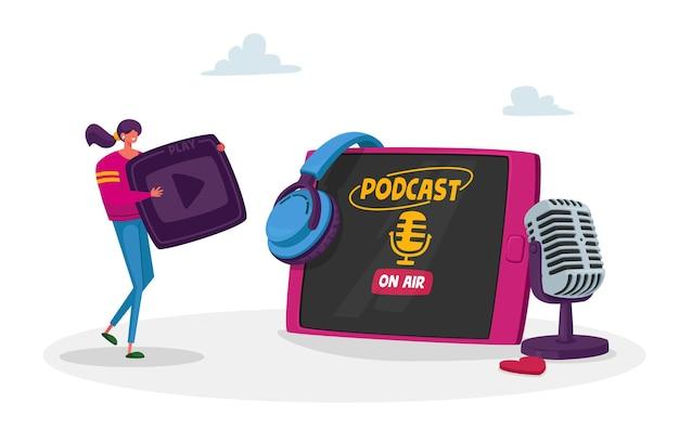 Winzige weibliche figur mit wiedergabetaste in den händen am riesigen tablet-, headset- und mikrofon-listen-podcast.