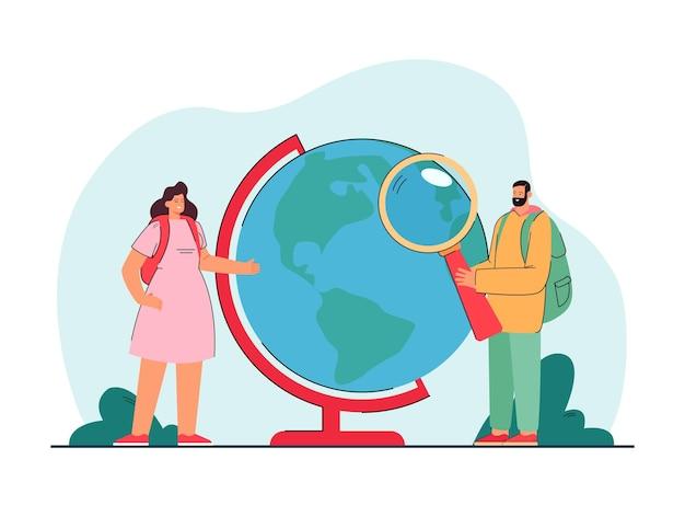 Winzige weibliche und männliche reisende, die den globus untersuchen
