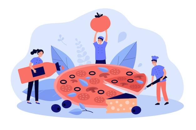 Winziger restaurantkoch und team kochen riesige leckere pizza mit käse und oliven, nehmen scheibe, halten flasche rote sauce und tomate.