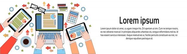 Wirtschaftler, die mit diagrammen und dokumenten, händen unter verwendung digital-tablets und laptop-horizontaler fahnenschablonenarbeitsplatz-draufsicht arbeiten