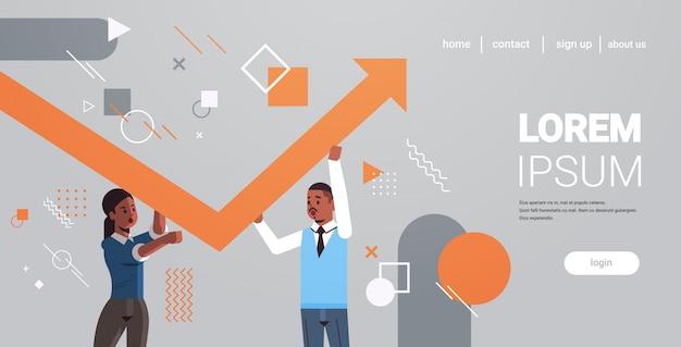 Wirtschaftlerpaare, die herauf rotes wachsendes pfeilteamwork-finanzwachstumskonzept-afroamerikanergeschäftsleute korrigieren richtung des horizontalen porträts des pfeiles aufsteigen