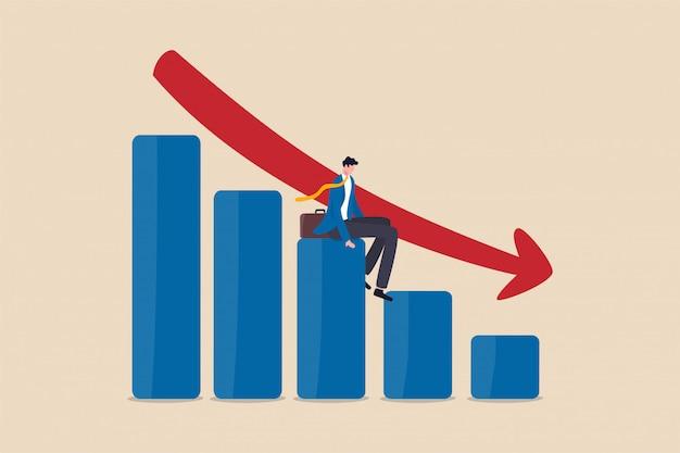 Wirtschaftskrise, finanzkrise oder börsencrash. geschäftsinhaber sitzt auf fallendem balkendiagramm, roter pfeil.