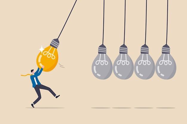 Wissensaustausch oder fähigkeitstransfer, um team, idee oder kreativität zu inspirieren, um menschen oder karriereverbesserungskonzepte zu motivieren, geschäftsmannmanager ziehen helle glühbirne als pendel, um wissen zu übertragen.